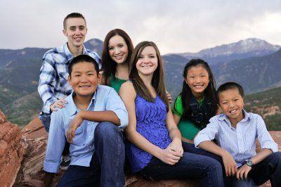 谢佛一家的亲生孩子和领养的孩子关系融洽。(Paul Schaefer提供)