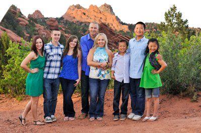 谢佛一家人合影。中间为妈妈翠茜和保罗夫妇,右边三个是领养的孩子,左边为亲生。(Paul Schaefer提供)